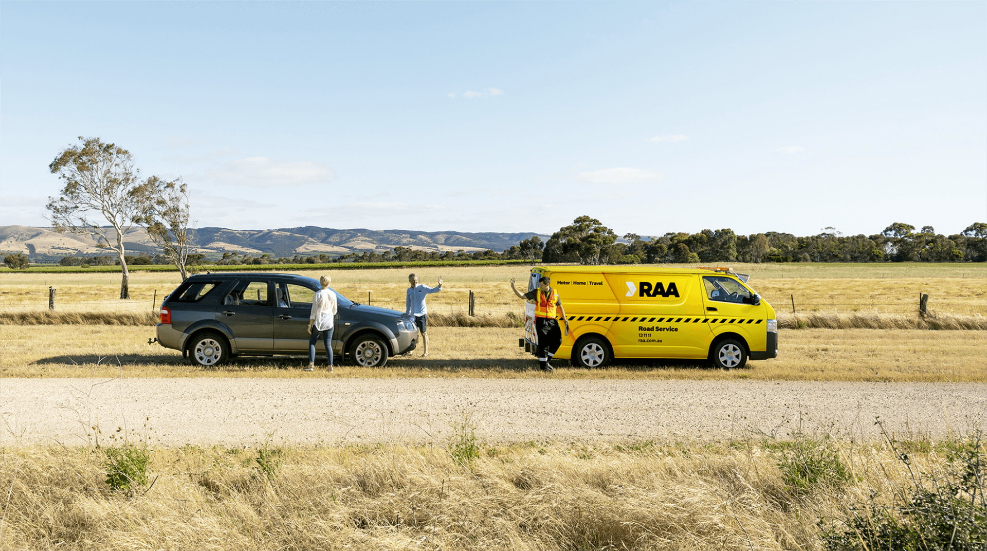 An image of the RAA Road Service van helping a stranded couple in the South Australian countryside